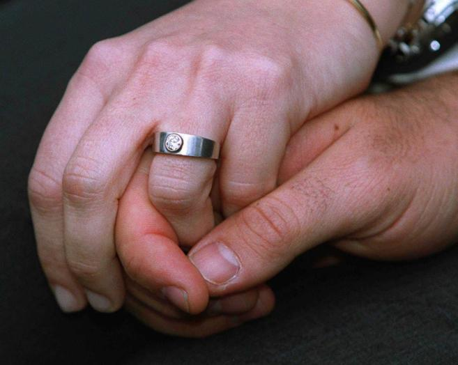 Una pareja muestra en público su anillo de compromiso.