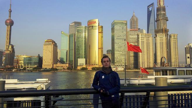Fernando frente al 'skyline' de Shanghai, donde tiene sede...