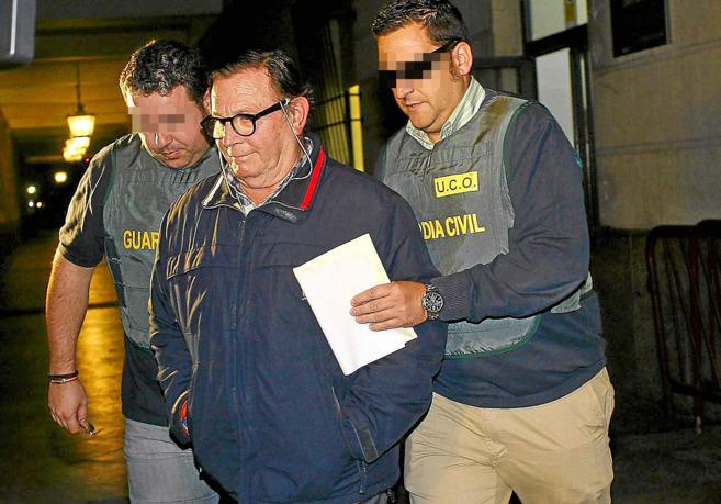 El funcionario Francisco Amores sale del juzgado tras declarar la...