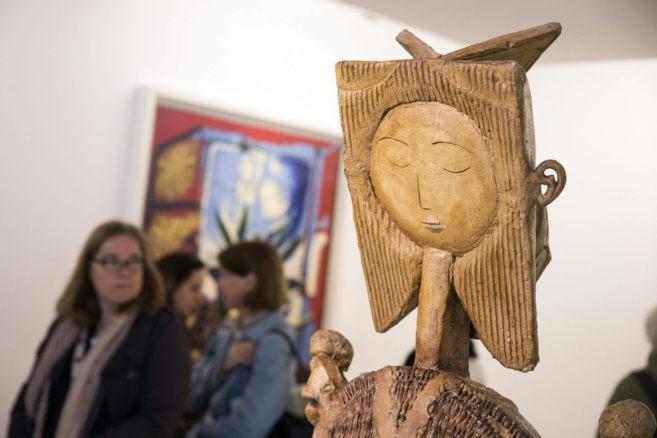 Un visitante observa la escultura 'Niña jugando a la comba'...