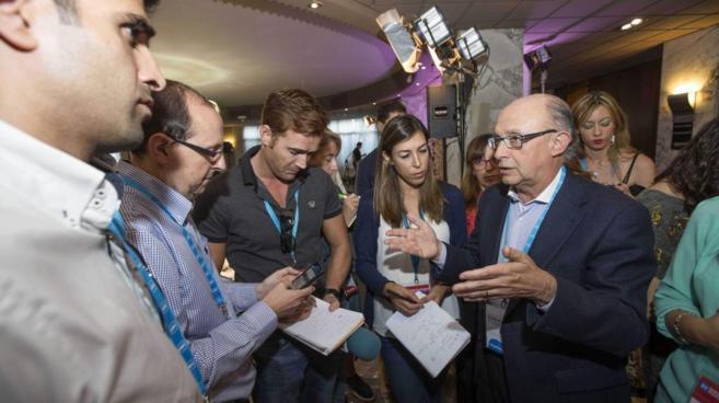 El ministro Montoro contesta a las preguntas de los periodistas en un...