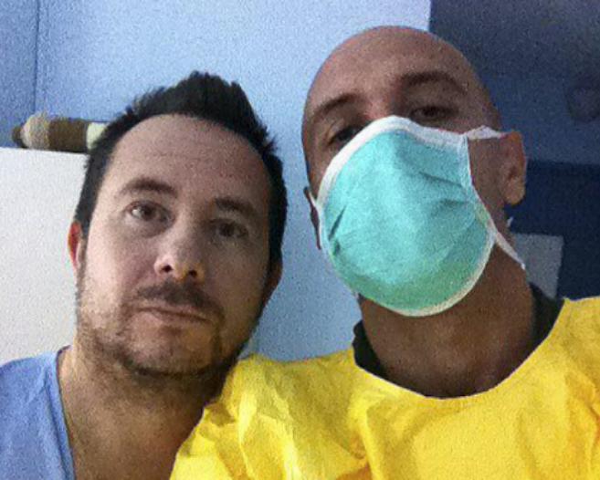 El periodista de ELMUNDO Quico Alsedo junto a Javier limón en su...