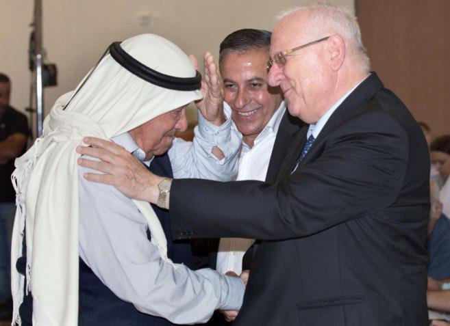El presidente Rivlin saluda a un ciudadano árabe-israelí en Kfar...