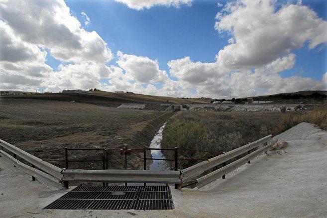 El arroyo Argamasilla de Écija, este mes, con el cauce limpio y la...