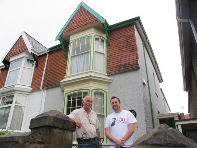 Matt Hughes y Geogg Haden en la casa natal de Dylan Thomas en Swansea