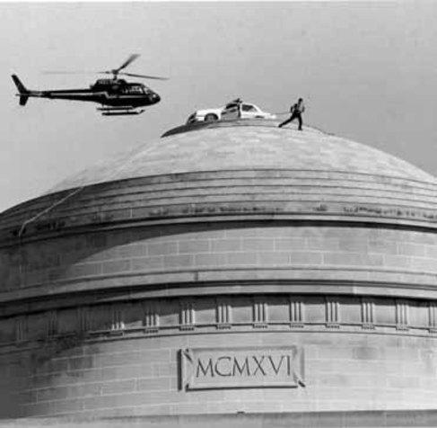 Un coche de policía encima de la cúpula del MIT en EEUU: esto es un...