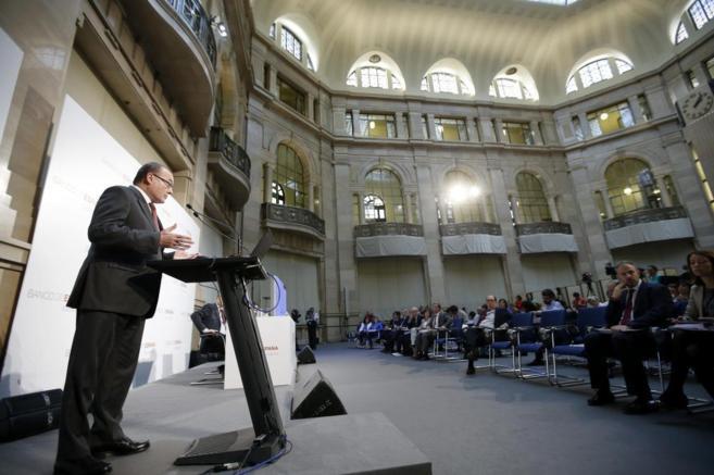 Luis María Linde, gobernador del Banco de España, de pie dando un...