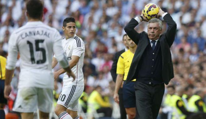 Ancelotti lanza el balón al césped durante el Clásico.
