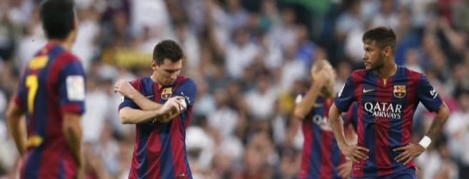 Los jugadores del Barcelona, cabizbajos en el Bernabéu tras la...