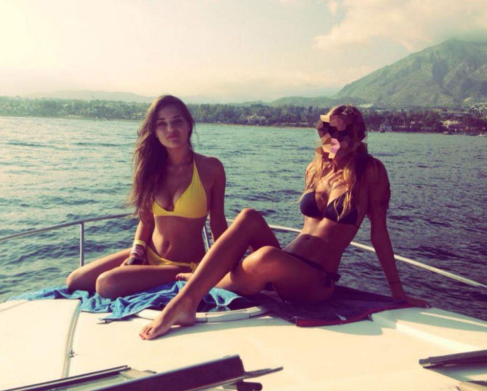 La joven en un barco en Puerto Banús