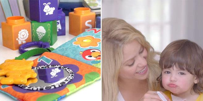 Varios juguetes de la línea y la cantante con su hijo, en uno de los...