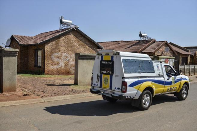 Un coche policial en la puerta de la casa en la que fue asesinado...