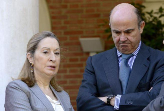 La ministra de Fomento, Ana Pastor, junto al titular de Economía,...