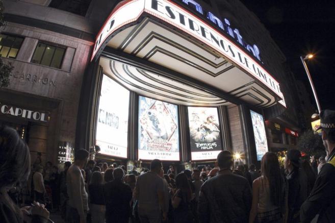 Gran número de personas hacen cola en el cine Capitol de Madrid con...