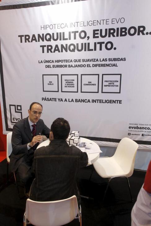 'Stand' de Evo Banco comercializando hipotecas en el Sima...