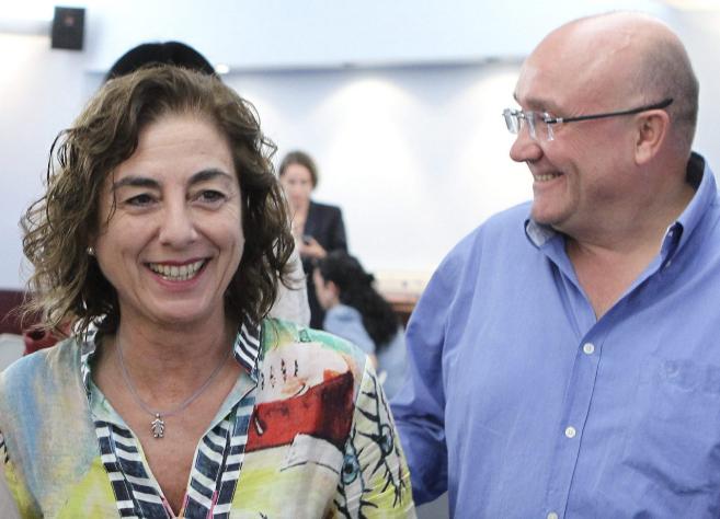 La consejera Cristina Uriarte sonríe junto a Patxi Baztarrika.