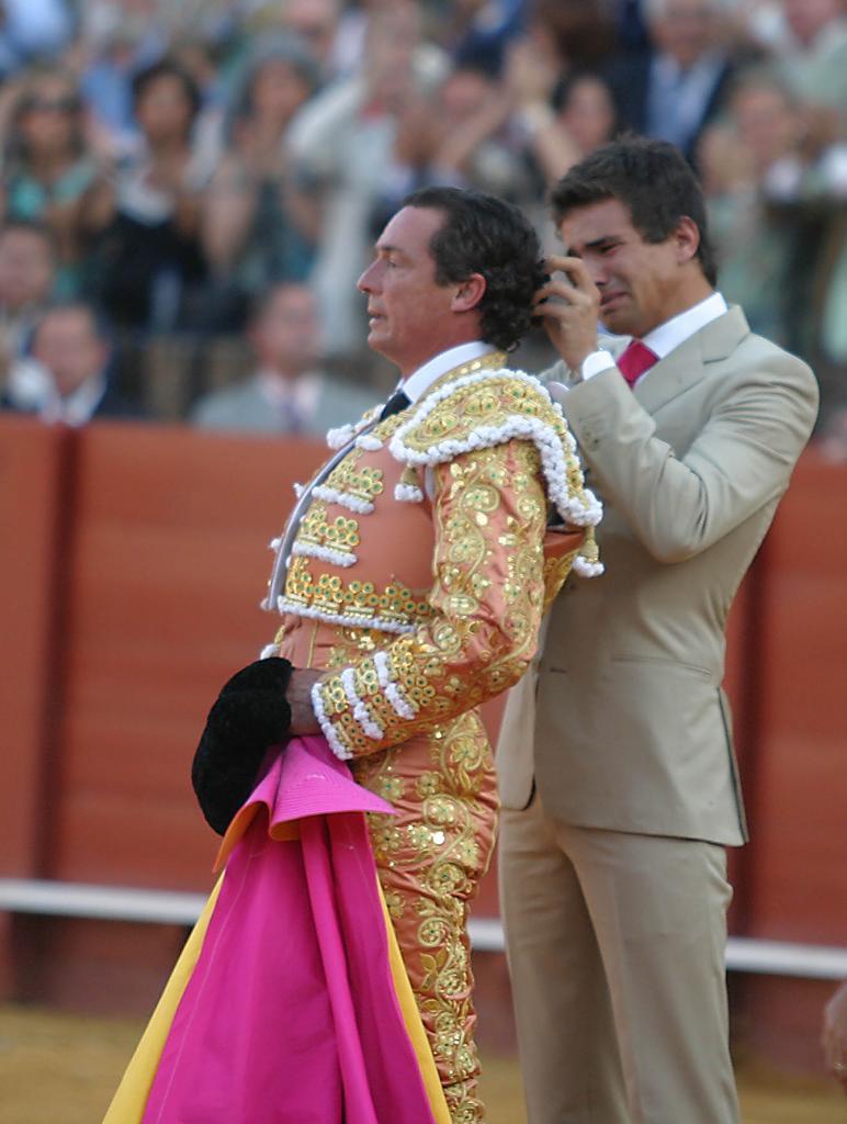 El hijo del torero José María Manzanares le corta la coleta a su...