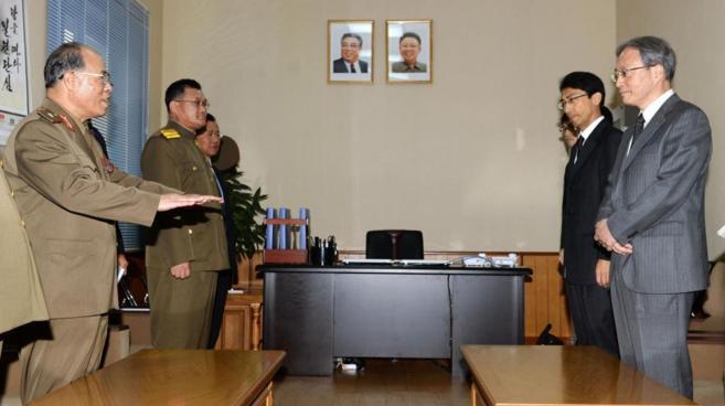 Una delegación del Ministerio de Exteriores nipón (dcha.), con sus...