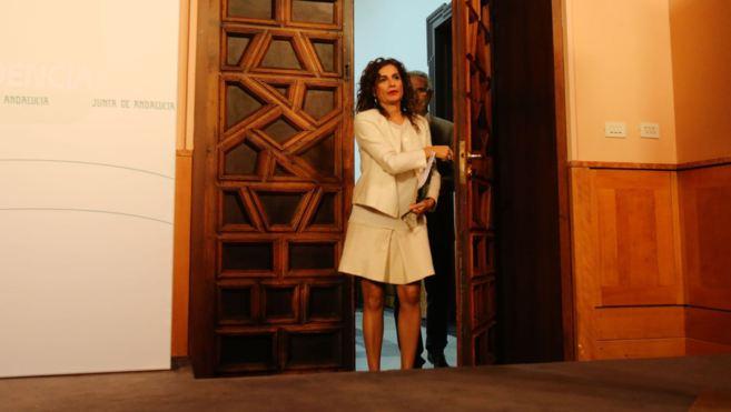 La consejera María Jesús Montero, junto al portavoz del Gobierno...
