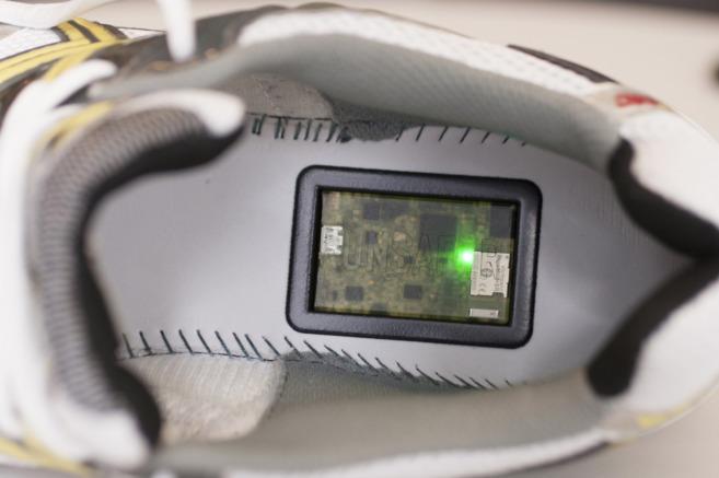 Detalle del dispositivo 'runsafer' en una zapatilla.
