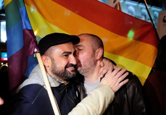 Concentración de gays y lesbianas en la Puerta del Sol tras la...