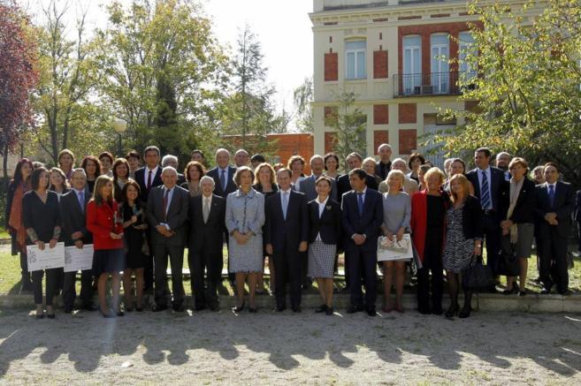 La Reina Sofía, junto a los galardonados durante la entrega de los...