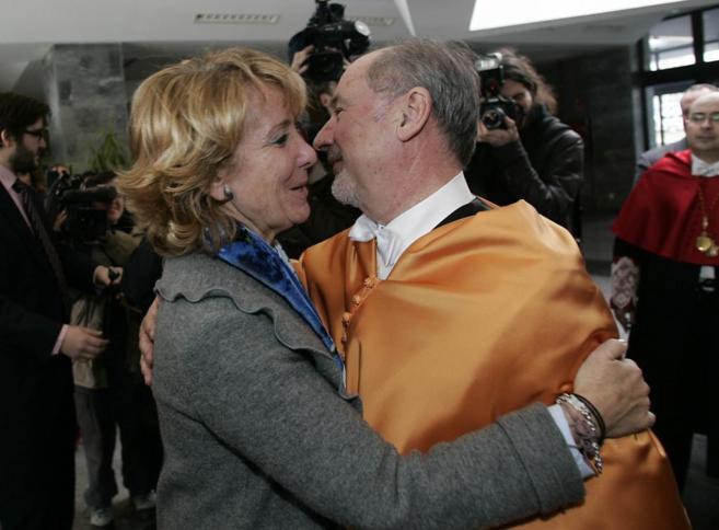 Esperanza Aguirre felicita a Rodrigo Rato por su doctorado...