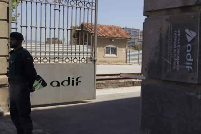 Un guardia civil ante las oficinas de Adif en La Sagrera el 5 de mayo,...