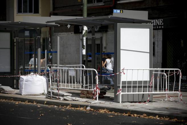 Instalación de una de las nuevas marquesinas de autobús en Madrid.