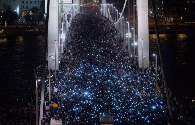 Imagen del Puente Elisabeth de Budapest con miles de manifestantes...