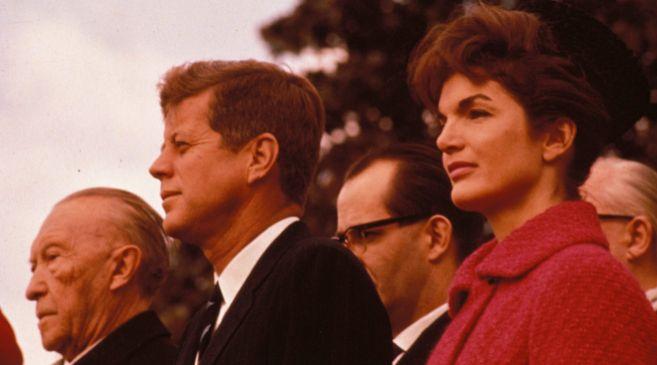 Jackie Kennedy con su primer marido, el presidente Kennedy, en los...