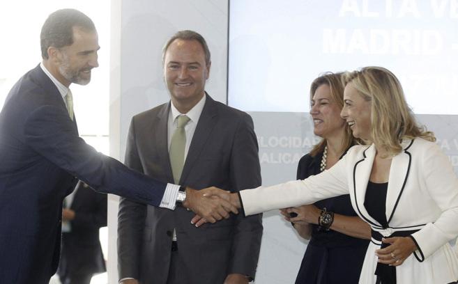La alcaldesa saluda al entonces Príncipe Felipe en la inauguración...