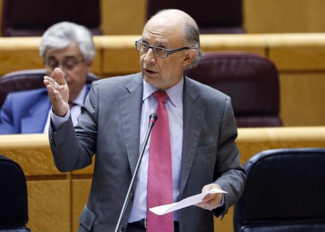 Imagen de archivo del ministro de Hacienda, Cristóbal Montoro, en el...