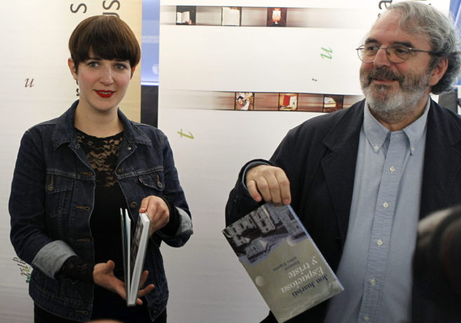 Jon Juaristi y la ilustradora Maite Gurrutxaga, hoy en San Sebastián.