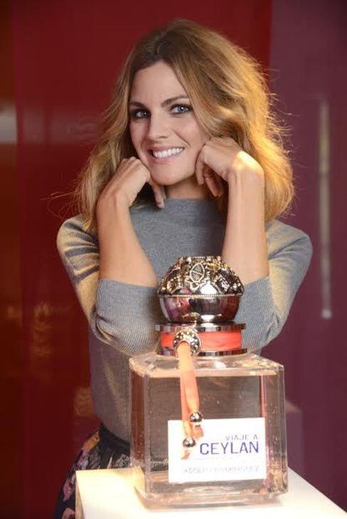 La actriz Amaia Salamanca posa con el perfume 'Viaje a...