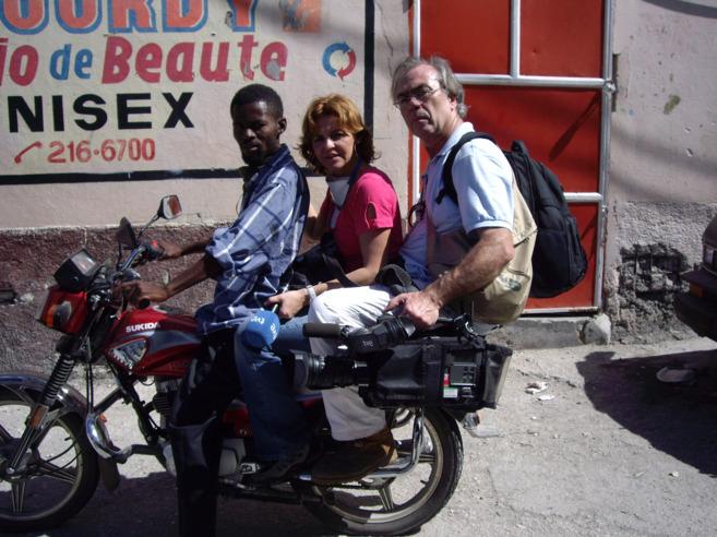 Manuel Ovalle en la parte de atrás de una moto durante la cobertura...
