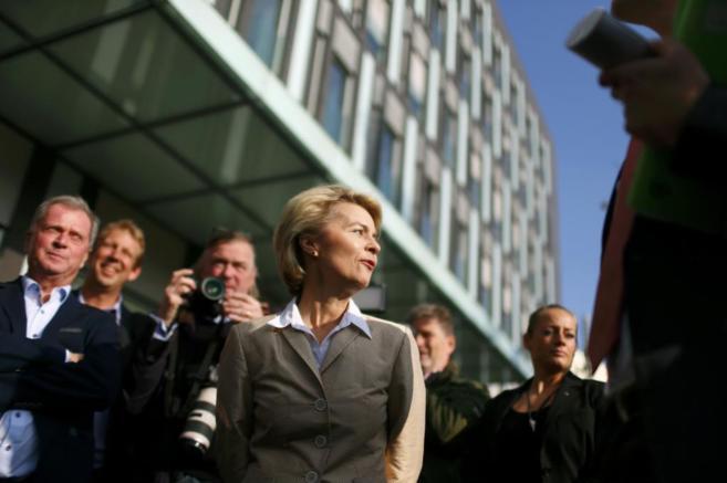 La ministra de Defensa alemana Ursula von der Leyen, rodeada de...