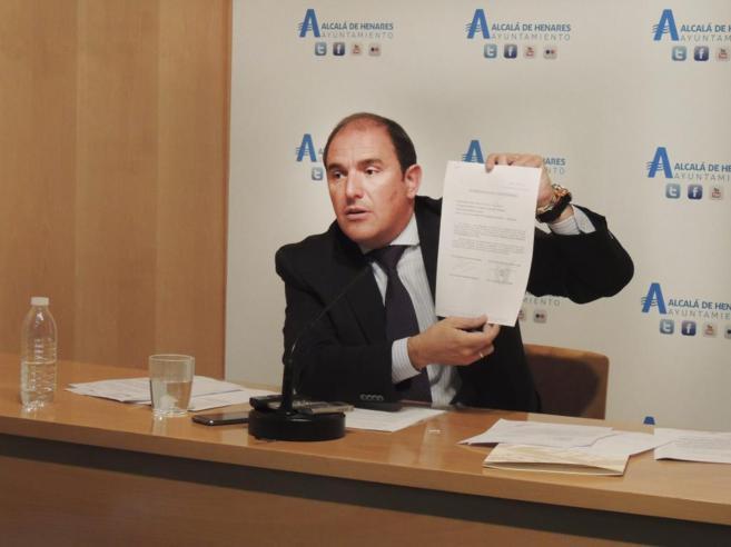El alcalde de Alcalá, Javier Bello, presenta un documento del...