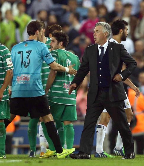Ancelotti saluda a los jugadores del Cornellà.