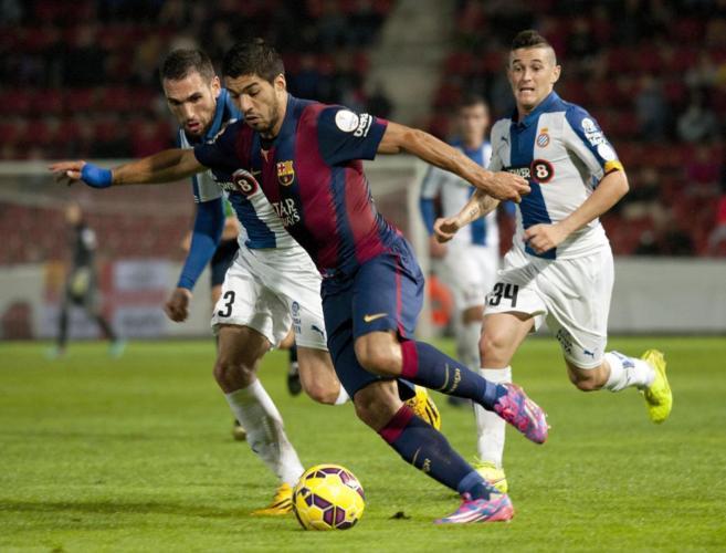 Luis Suárez intenta superar a Arbilla durante el encuentro.