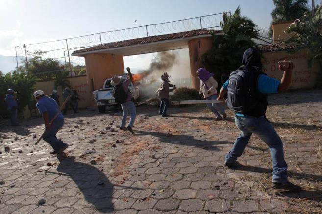 Varios integrantes de la Ceteg lanzan piedras a la casa del gobernador...