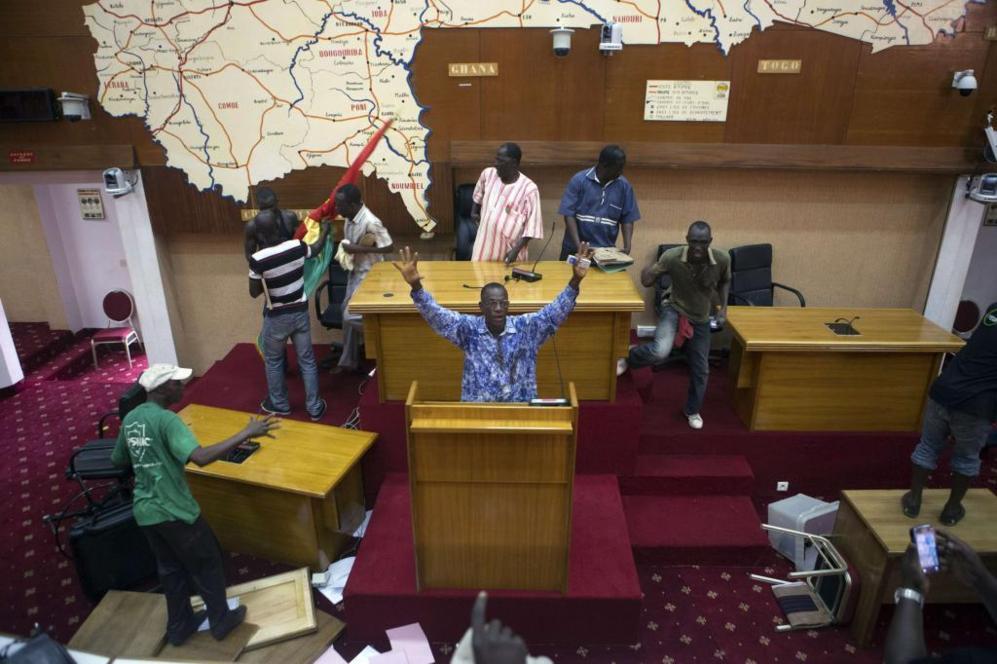 Los manifestantes irrumpen en el Parlamento de BurkinaFaso en...