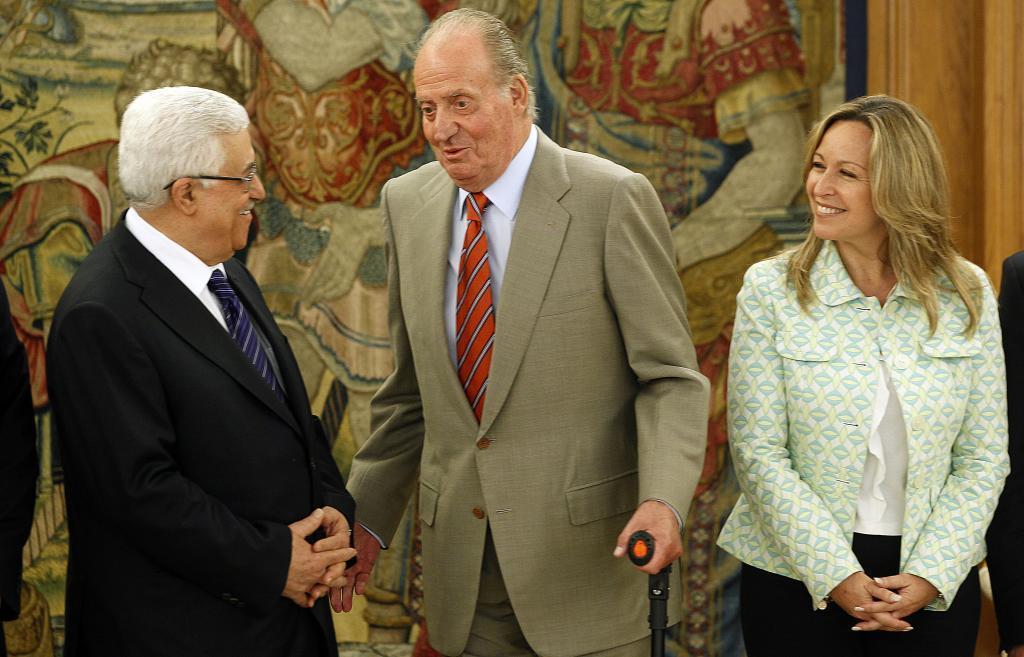 El Rey Juan Carlos y Trinidad Jiménez reciben a Abu Mazen en 2011.