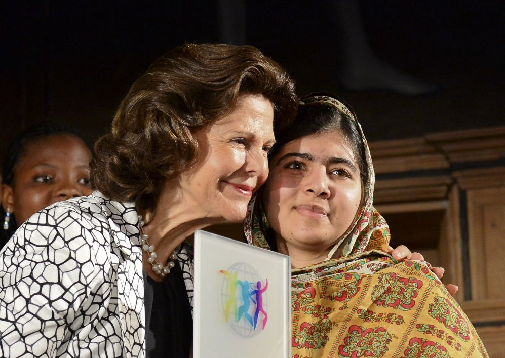 La reina Silvia ha entregado a Malala, premio Nobel de la paz,  el...