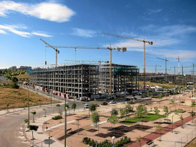 Decenas de grúas trabajan en las obras de edificación de cinco...