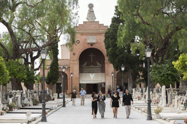 Entrada principal al Cementerio General de Valencia con la capilla al...