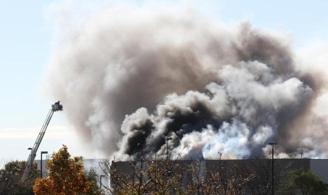 Columna de humo que se ha producido tras el choque de un avión con un...