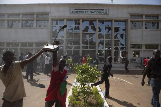 Personas que protestan contra el Gobierno asaltan el edificio del...