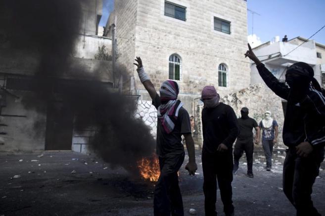 Palestinos se enfrentan a miembros de las fuerzas de seguridad...