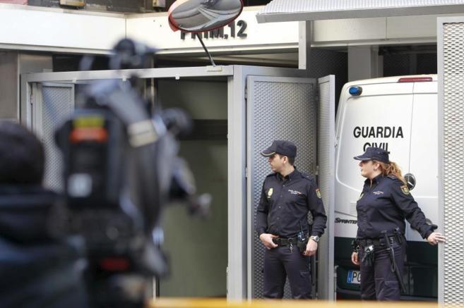Uno de los furgones que trasladaban a los detenidos entra en la sede...